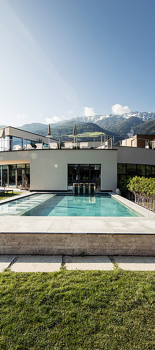 Outdoor pool in the 4-star Hotel Sonnen Resort in South Tyrol